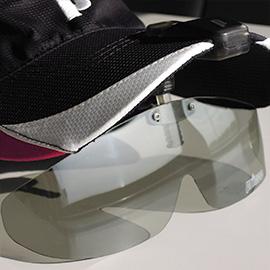 メガネプレーヤーの必需アイテム。眩しいコートの照り返しをカット、帽子に装着する競技用スクリーン!