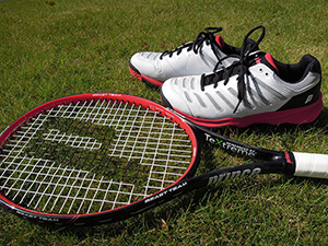 「初めてのテニス道具ってどう選んだらいい?」<br> 最初の道具はとても重要だから、 先輩のお古や中古ではなく、新品で始めよう!<br> ラケットの買い方と、シューズの選び方を紹介。
